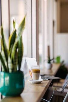 Cobra planta na mesa