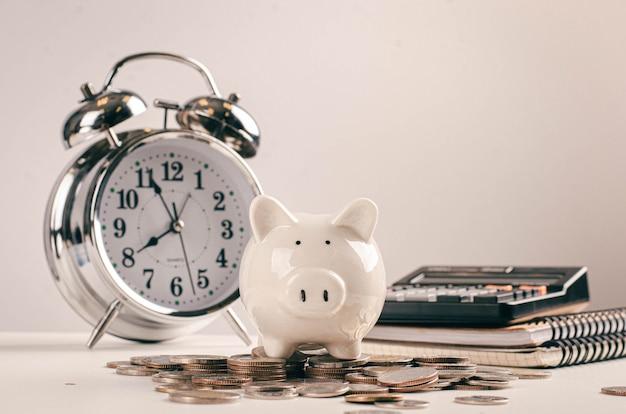 Cobrança de dívidas e conceito de temporada de impostos com prazo para moedas do banco, calculadora na mesa