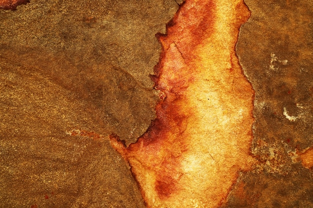 Cobre de ferrugem pesada e superfície de pedra de granito quebrado do fundo da caverna