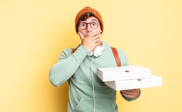 Cobrindo a boca com as mãos com uma expressão chocada e surpresa, mantendo um segredo ou dizendo oops. conceito de pizza