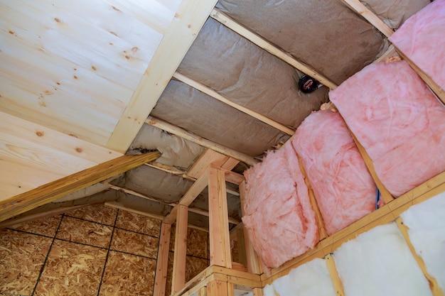 Cobrindo a vista de camadas de barreira fria de isolamento de fibra de vidro rosa
