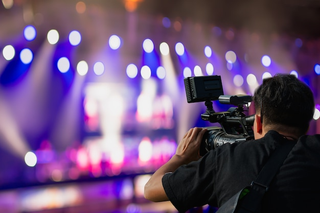 Cobrindo evento no palco com câmera de vídeo