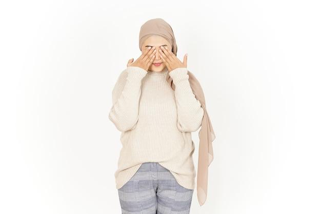Cobrindo os olhos de uma bela mulher asiática usando um hijab isolado no fundo branco