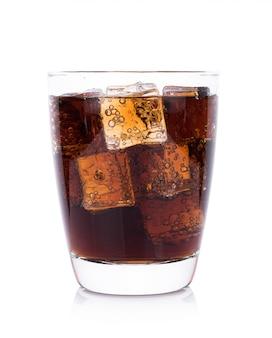 Coca-cola em copo com cubos de gelo no fundo branco
