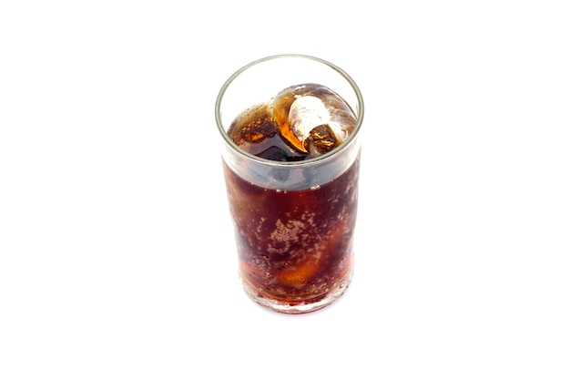 Coca-cola em copo com gelo no fundo branco