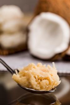 Cocada, (doce de coco) um doce típico brasileiro em uma colher.