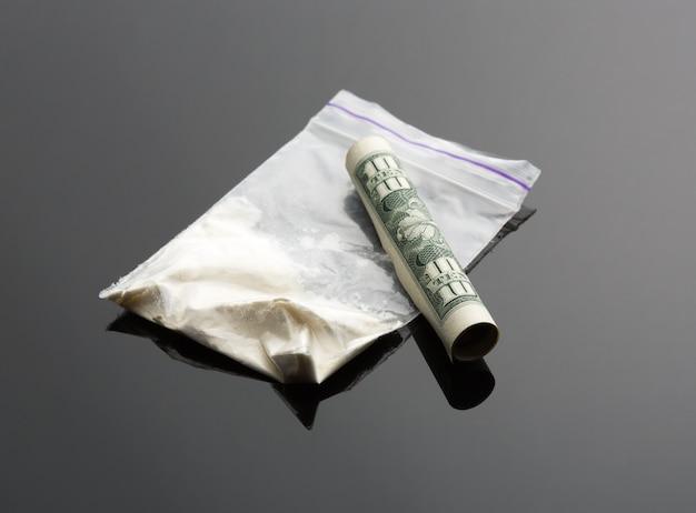 Cocaína em pacote e nota de um dólar
