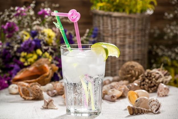 Cocktail alcoólico bonito, em uma mesa de madeira
