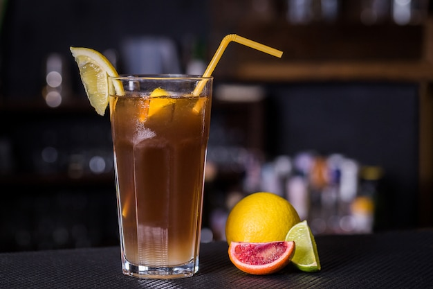 Cocktail alcoólico com cola e limon