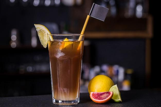Cocktail alcoólico com laranja e limão siciliano
