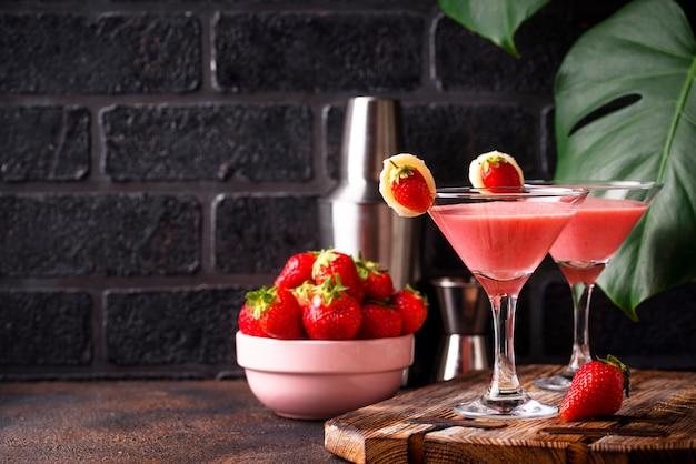Cocktail alcoólico de morango doce de verão