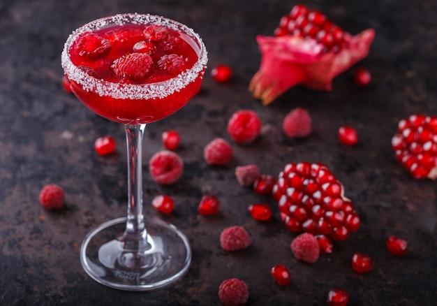 Cocktail alcoólico vermelho com framboesa e romã