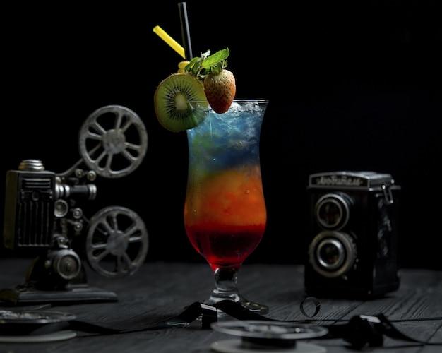 Cocktail arco-íris com kiwi e morangos no topo