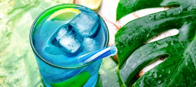 Cocktail azul com gelo