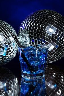 Cocktail azul frio com bola de discoteca