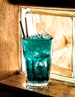 Cocktail azul sobre a mesa