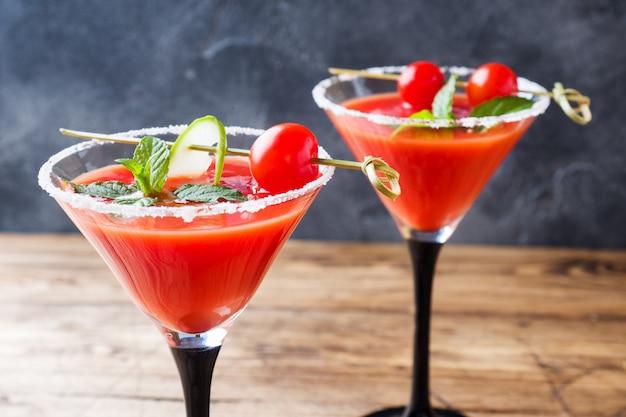Cocktail bloody mary mary com tomates maduros e hortelã.