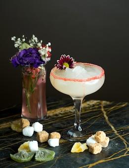 Cocktail branco em cima da mesa