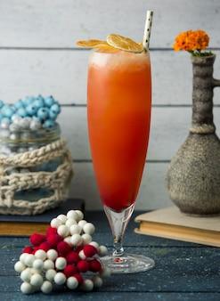 Cocktail cítrico, guarnecido com fatias de limão e laranja secas