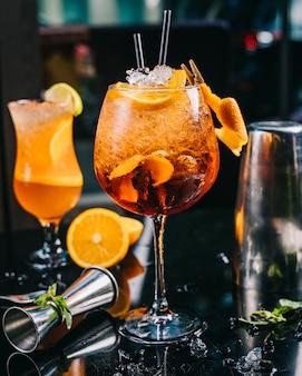 Cocktail coberto com fatia de laranja