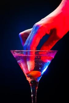 Cocktail colorido com azeitona