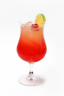 Cocktail colorido com cereja e limão