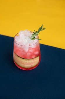 Cocktail com alecrim e gelo derretido