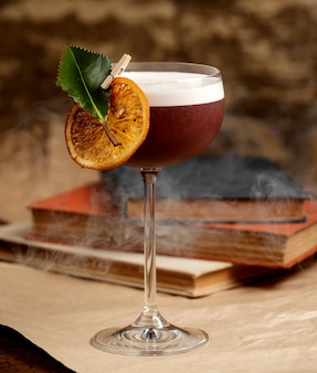 Cocktail com fatia de limão em cima da mesa