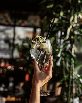 Cocktail com fatia de pepino e amoras