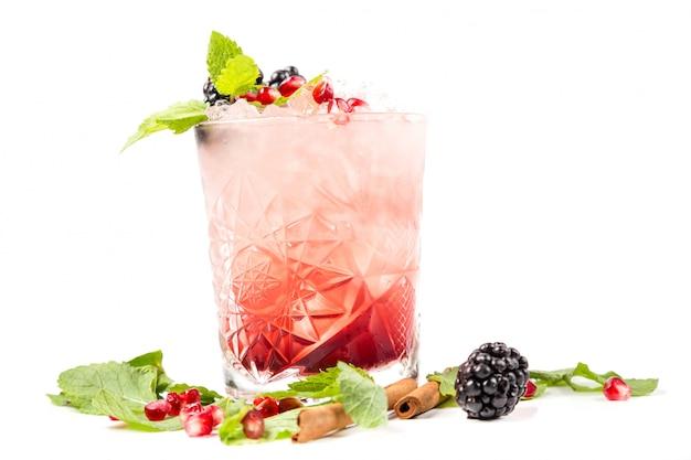 Cocktail com gelo, berrys e hortelã
