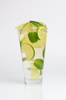 Cocktail com hortelã, limão e gelo picado