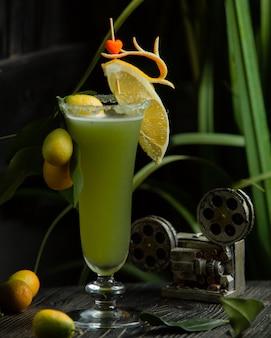 Cocktail com kinkan e fatia de limão