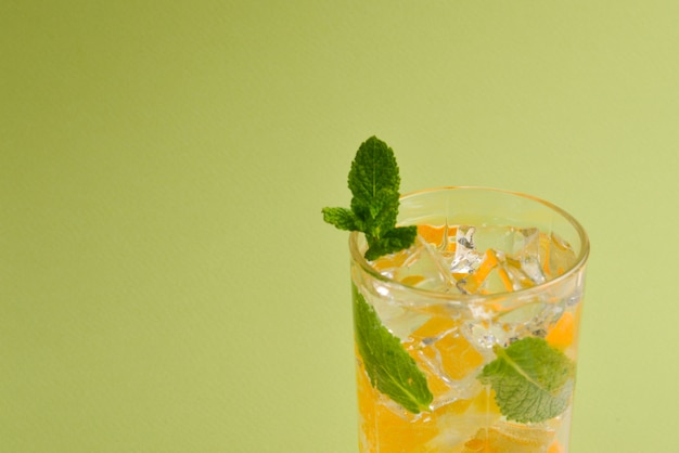 Cocktail com limão e hortelã