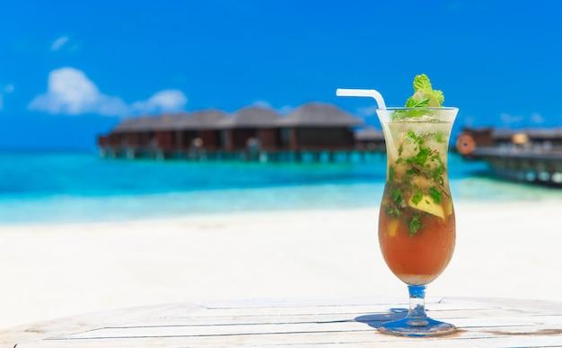 Cocktail com praia de borrão