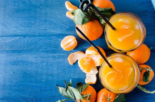 Cocktail com tangerinas, suco e gelo