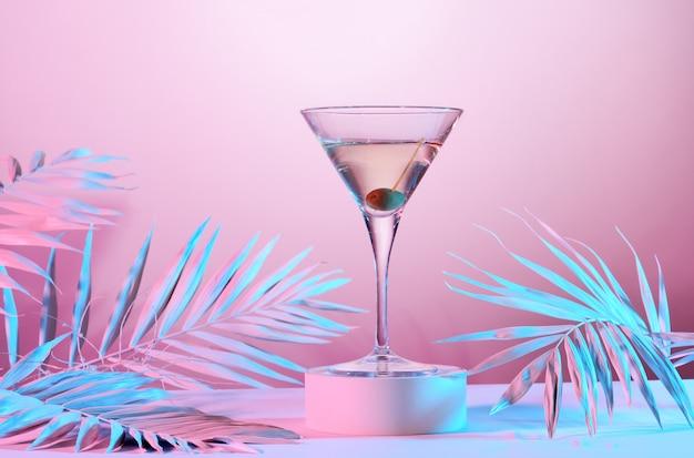Cocktail com uma azeitona dentro do copo