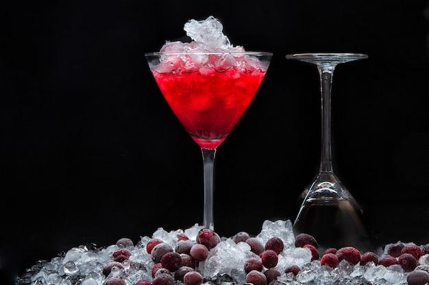 Cocktail cosmopolita e bagas de cranberry congeladas com gelo