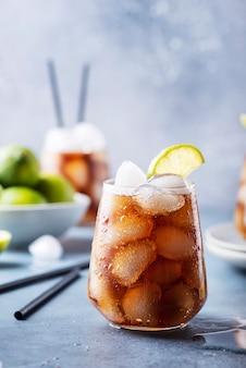 Cocktail cuba libre com rum, limão e cola