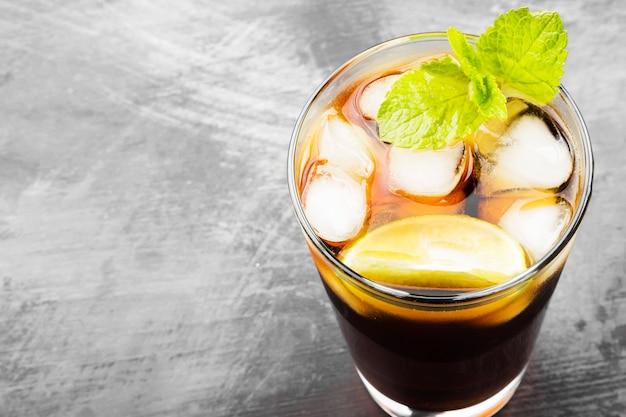 Cocktail cuba libre em um copo