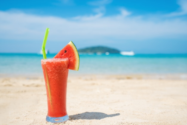 Cocktail da melancia na praia tropical azul do verão em phuket, tailândia.