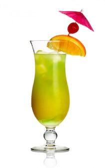 Cocktail de álcool amarelo com fatia de laranja e cereja isolado