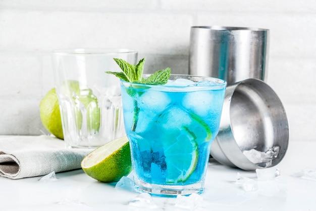 Cocktail de álcool azul gelado