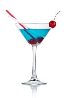 Cocktail de álcool azul no copo de martini isolado