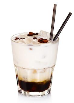 Cocktail de álcool branco russo isolado no branco
