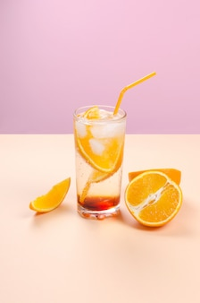 Cocktail de álcool com fatias de fruta laranja
