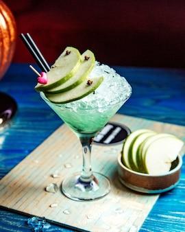 Cocktail de álcool com vista lateral para a maçã