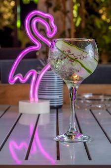 Cocktail de álcool frio com pepino em um copo de vinho