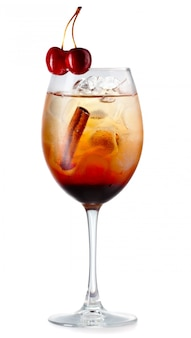 Cocktail de álcool laranja com bagas de cereja isolado