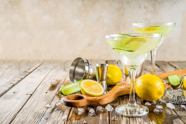 Cocktail de álcool na moda no verão tom collins