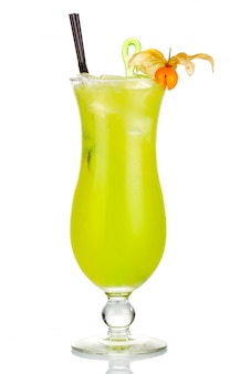 Cocktail de álcool verde com bagas de physalis isolado